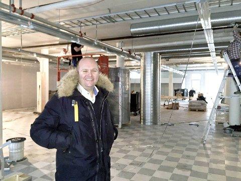 Smilende kan «Bunnpris-kongen» Thomas Sandland konstatere at arbeidet med den 46. butikken på Vestlandet er i rute. Snart flytter han også det administrative hovedkvarteret til Nøstegaten.