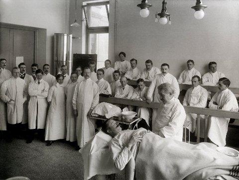 KIRURGI: Spångberg jobbet en periode som assistent ved professor Hagbarth Strøms kirurgiske privatklinikk. Her underviser Strøm en gruppe studenter; kvinnene er i klart mindretall. Foto: Rude & Hilfling/Oslo Museum     FOTO:  /