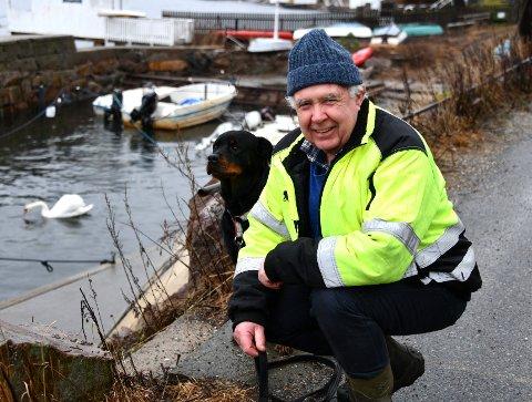 Pål Moe hadde ruslet ned til moloen på Fjellstrand for å mate fuglene, og var ikke spesielt bekymret for været. Foto: Trond Folckersahm