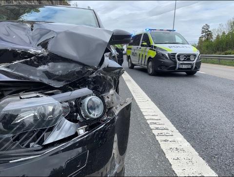 STORE SKADER: Den ene bilen har fått store skader etter at en henger slet seg på E6 og traff en annen bil i fronten.
