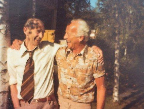 I søndagsposten: Otto Nilsen var redaktør i NRKs populære radioprogram i 22 år. Her med visepoet Josef G. Larssen.