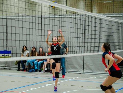KONSENTRERTE: Holstad Volley J17 i aksjon.