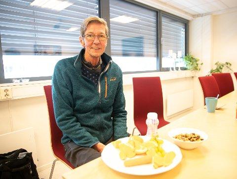 ER AVHENGING AV RIKTIG ERNÆRING: Halvard Aasen sliter fortsatt med å få i seg mat og plukket om tipset om fem om dagen under foredraget.