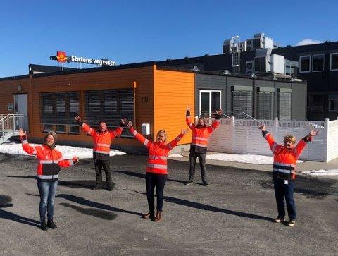 KLARE TIL Å GÅ I GANG: Vibeke Malvik (delprosjektleder Oslofjordforbindelsen), Stig Thoresen (byggeleder Oslofjordforbindelsen), Anne-Grethe Nordahl (prosjektleder begge prosjekt), Pål Ellingsen (byggeleder E18 Retvet-Vinterbro) og Mary-Ann Breisnes (delprosjektleder E18 Retvet-Vinterbro) på riggkontoret ved Nygårdskrysset.