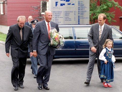 1999: Kong Harald kom til åpningen av «den nye» Filmparken, her med filmdirektør Tom Remlov og styreleder i Norsk Film, Matz Sandman.