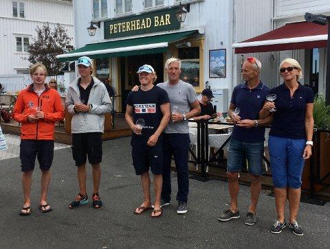 PALLEN: Disse seks seilerne havnet på pallen i årets Peterhead Cup. Fra venstre: Jeppe Nilsen, Jostein Aker, Tomas Mathisen, Espen Guttormsen, Roy Arild Johannessen og Wenche Johannessen.