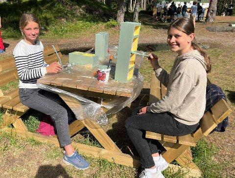 Live (12) og Maria (13) i sjuendeklasse på Risør barneskole tilbringer denne uken mye tid i Urheia. Nå er insektshotellet snart klart og de gleder seg til å henge det opp i Hollenderhagen
