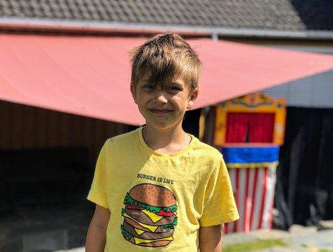 Håkon (7) hadde det gøy på dukketeater i Hollenderhagen.
