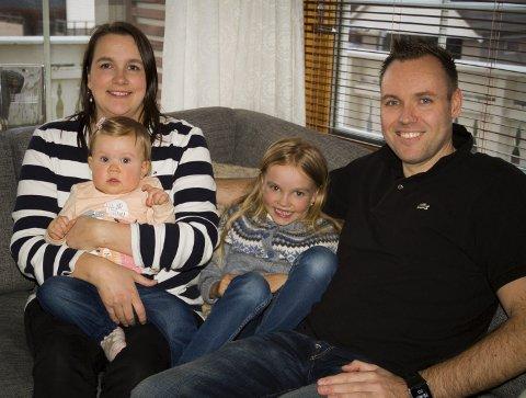 FAMILIEIDYLL: Tommy Urhaug slappar av i sofakroken heime på Manger saman med kona Gunn Christiansen Urhaug, vesledottera Solveig (11 mnd.) og storesøster Øyvor (6).Alle Foto: magnar taule