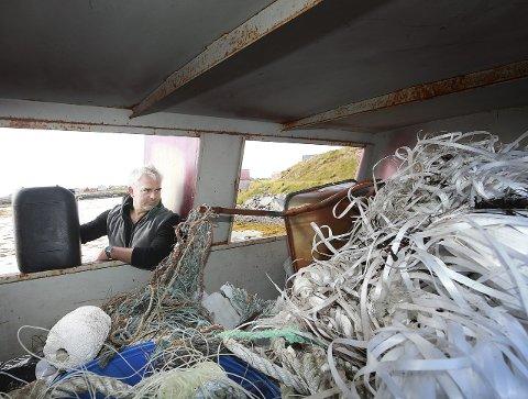 Gammelt skrot: Harald Bortheim i Røst jeger- og fiskerforening viser fram noe av resultatet fra ryddinga så langt. – Mye er gammelt, sier han. Foto: Tom Melby