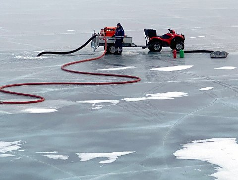 Tappet: I en lang periode har det ved hjelp av Sivilforsvaret blitt tappet vann på Ulvsvågskaret som deretter er blitt fraktet og pumpet opp i inntaksdammen til vannverket.