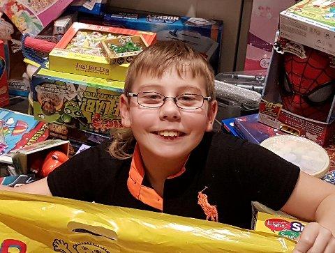 Sander i haugen av gaver han har kjøpt til andre barn.