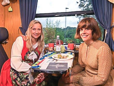 Hege Christina Skredsvig og Rebecca Nedregrotten Strand på Sommertoget