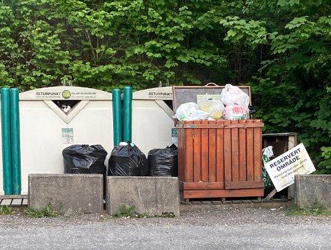 ROT OG GRAPS: Plastposar, samt avfall som skulle vore levert på gjenvinningsstasjon, har stadig skjemma området ved returpunktet i Årstaddalen. Når har DIM stengt returpunktet etter krav frå grunneigar.