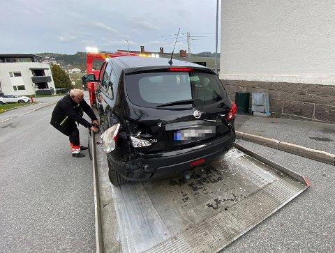 TRILLET: Bilen måtte hentes av bilberger etter den rundt 50 meter lange trilleturen uten fører. Bilen fikk skader bak etter sammenstøtet med strømskapet og steinmuren til høyre.