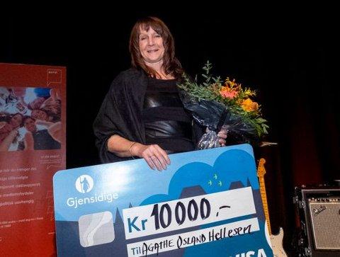 ÅRETS TILLITSVALT: Agathe Osland Hellesen frå Florø er kåra til årets tillitsvalt i Parat Nav, og mottar heider, blomster, glassbolle og ein sjekk på 10.000 kroner.