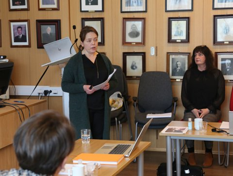 SJEF FOR OPEN OMSORG INDRE: Hilde Hauge orienterte om tenestene og bruk av knappe ressursar i kommunen. Kommunalsjef Randi Ytrehus til høgre.