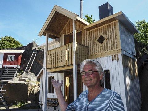 Nybygg: Nils Vogt som Monrad Fløte skal i årets forestilling bygge seg et sommerhus med de komplikasjoner det innebærer. Foto: John Johansen