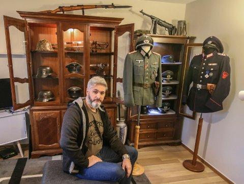 Opptatt av historie: Robert Cravanzola har samlet på mye rart fra andre verdenskrig og før. Mye i samlingen hans er tyske militæreffekter. Blant annet et par uniformsjakker til høyre.