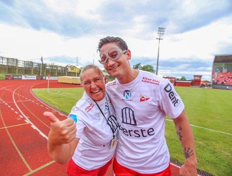FEIRET MED NYE BRILLER: Kjell Rune Sellin fikk 30 årsbriller av Plankehaugens linda Gulbrandsen etter kampslutt.