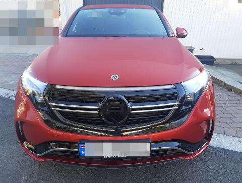 I nattemørket har noen fjernet Mercedes-merket og kuttet ledninger til kjørecomputeren, slik at mye av elektronikken er ødelagt. – Slikt stjeles ofte for å videreselge i Øst Europa, sier politiet.
