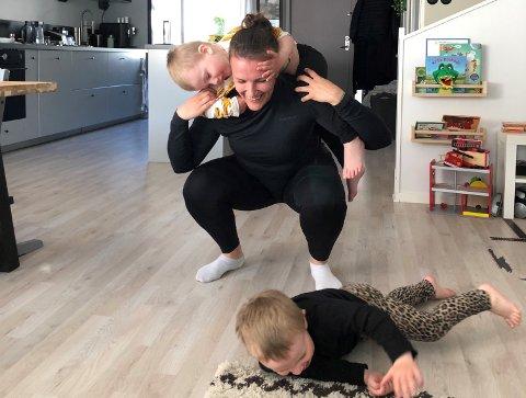 FULLT KJØR: Jenny Sandgren får timene til å gå hjemme i Göteborg sammen med gudbarna Jack og Noah.
