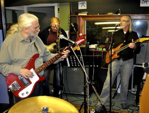 Gitarrekke: Espen Harbek, Eystein Moen og Wictor Faanes tar seg av strengene.