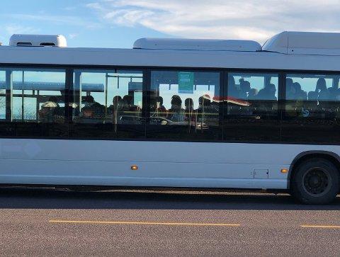 STAPPFULLT: Så seint som 6. november var situasjonen slik på en av bussene som trafikkerer strekningen Horten – Tønsberg. Kommuneoverlegen er ikke fornøyd med hvordan fylkeskommunen har håndtert situasjonen så langt.