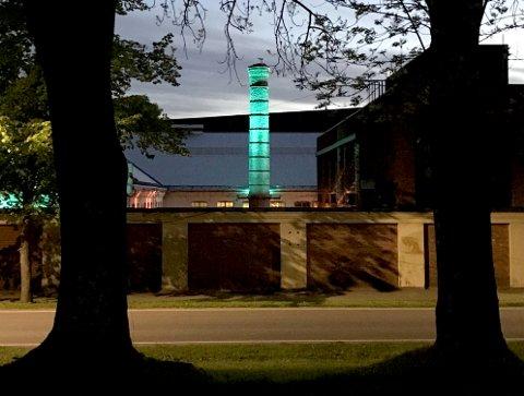 LYSER OPP: Sånn vil se det se ut når den gamle industripipa blir et lystårn. Dette er fra testen denne uka, tatt klokka 23.