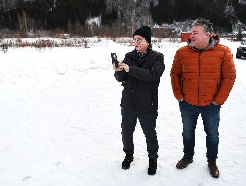 Noralf Espeland i Jæder på befaring på Otta for et år siden. Her er han med Bjarne Eiolf Holø, som leder regionrådet. Rådet har også en rolle i det nye slakteriet.