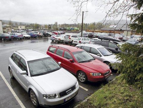 Slutt på gratisparkering: 18. mai innføres SMS-oblater og da blir det slutt på gratisparkeringen her på «lokket» over E16