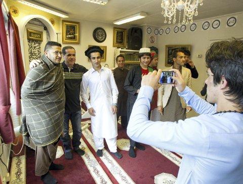 DOKUMENTERER: Mobilkameraene ble flittig brukt til å dokumentere festlighetene på Islamik Kultursenter i Kongsvinger