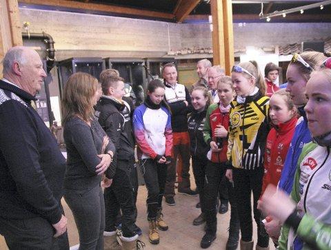 Nyskjerrig majestet: Rannei Bjørklund (til høyre i blått) slo av en prat med Kong Harald.foto: scanpix