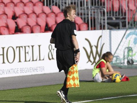Fram med flagget: Jon Anders Salberg tar stadig nye skritt mot drømmen som proffdommer.FOTO: Øystein Engh