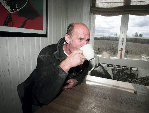 TID TIL KAFFE: Treskeren til Lars Kristian Vasaasen vil dure og gå til langt ut i oktober. Sen opptørking fører til korte dager med treskevær.Magnus Mo Opsahl (arkiv)