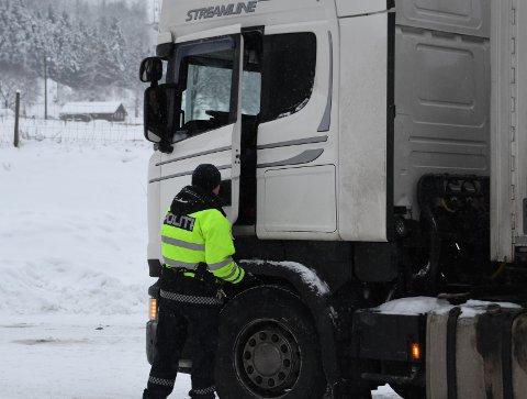Kontroll: Denne uka er det intens kontrollvirksomhet rettet mot tunge kjøretøy.Foto: Bjørn Brandt