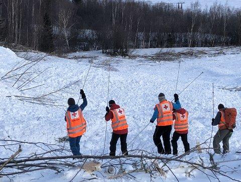 SKREDET: Det er dramatisk når eit stor snøskred treff ein hovudveg. For å vere sikker på at ingen blei tatt av raset som gjekk 25. februar 2020, vart det gjennomgått av Røde Kors Hjelpekorps.