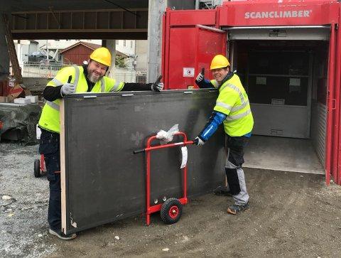 Atle Olstad (t.v) setter pris på å kunne jobbe ute på byggeplasser. Det fysiske arbeidet er bra for helsen, sier han. På bildet er han sammen med en av kollegene i sitt team.