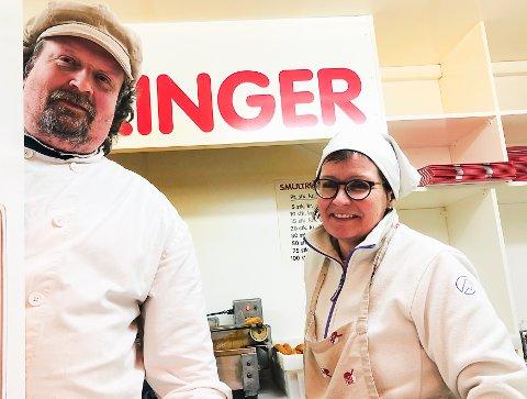 SISTE SALGSDAG: Morten og Kjersti Ramberg under innspurten i smultringbua lille julaften.