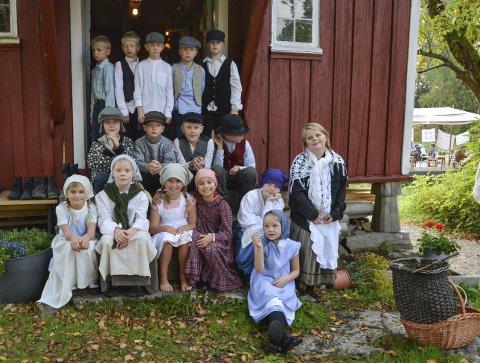 GAMLE DAGER: Tredje og fjerde trinn på Prestebakke skole så ut som ekte 1916-barn.