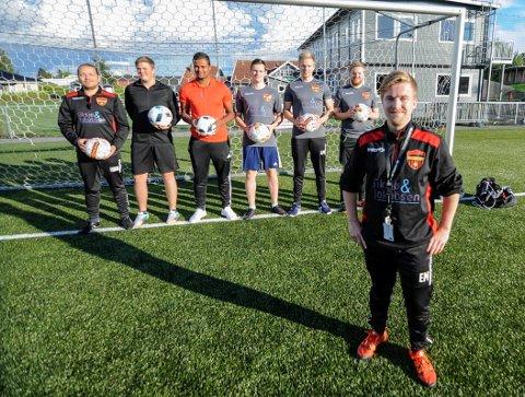 Trener Espen Moberg (foran) og Kok IF flytter fra Kvik Halden til Berg IL . Fra venstre Håkon Nygaard Nevjen, Robin Antonsen, Omar Pedersen, Jonas Listrøm Pedersen, Lars Petter Stø, Fredrik Skjerve.