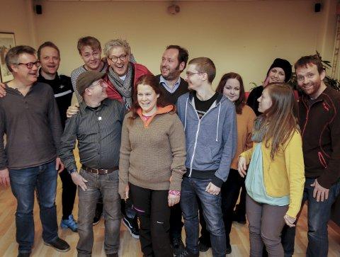 ILDSJELER: Det er en livlig gjeng som har gått sammen om å arrangere Hardanger spillfestival. Festivalen vil prege Odda på mange måter og det vil bli konkurranser og arrangementer i mange restauranter og kulturhus. På bildet står representanter fra både spillmiljøer og vertskap for arrangementene.