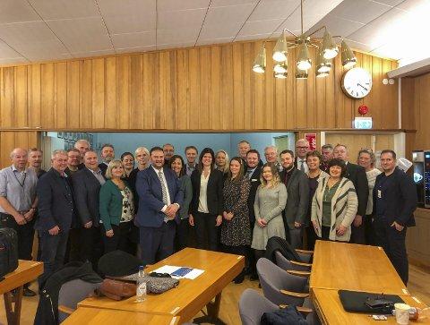 Takket for seg: Representanter fra Odda kommunestyre, pluss kommunesekretær og rådmann, etter det historiske møtet onsdag. Foto: Ernst Olsen