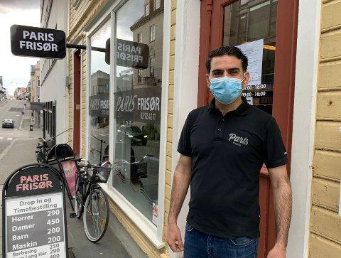 ÅPNET IGJEN: Innehaver Silas Gül ved Paris Frisør i Strandgata i Haugesund, har forlengst åpnet igjen etter smitteutbryddet i slutten av mars og begynnelsen av april.