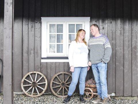 1: Asle og Else Vesterbukt lever ut drømmen om landsbygda på Liantunet utenfor Mosjøen. De har restaurert et eldhus og en låve i tradisjonell stil med tanke på kafedrift og utleie. 2: Ekteparet har fått en snekker til å bygge kjøkkenet i eldhuset i klassisk stil og med tilpassa løsninger. 3: Den gamle låven er gjort om til selskapslokale. 4. Inne i eldhuset kan Else, som er utdannet kokk, både bake for salg og lage mat til gjester. 5. Eldhuset var helt ødelagt når ekteparet kjøpte gårdstunet for knappe to år siden. 6. Etter en iherdig restaureringsinnsats er det gamle eldhuset nå fiks ferdig til bruk.