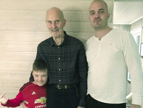 FARS OPTIMISTISKE KAMP: Einar Jetne har kreft og framtidstro. Sønnen Øyvind og barnebarnet Noah (10) er klar til å feire farsdagen på Tjøtta. (Foto: Privat)