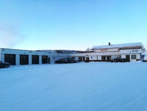 TIL LEIE: Det gamle lensmannskontoret i Tana  tømmes i disse dager for både folk og utstyr, og er nå lagt ut for leie.