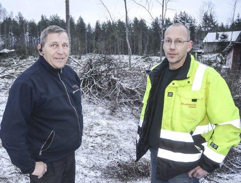 LETER: Arne Morten (t.h.) og Lars Erik Skjønhaug i Skjønhaug Transport AS er på utkikk etter noen som vil være med og utvikle tomta de eier i Bjørkelangen Næringspark.foto: Roger ødegård