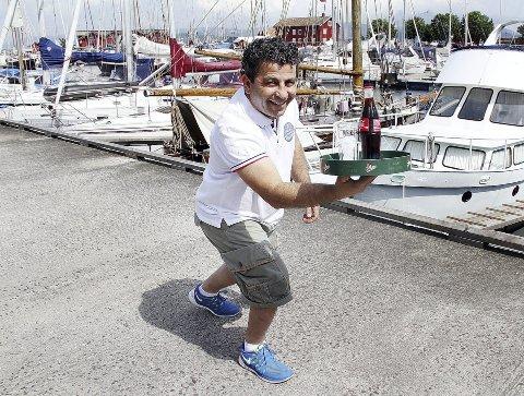 Løpende kelner: Moses Srour har løpt fort i snart ti år som driver av restaurant i Holmestrand. Nå har han overtatt lokalene etter Lille Gjesten vegg i vegg med Bryggekanten. Foto: Pål Nordby