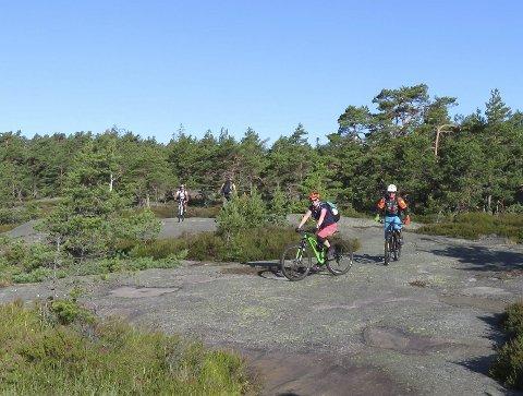 Syklet på sva: Gunn Albertsen og Tor Kristian Gautefall på de flotte svapartiene fra stien Stormyr og ut til kyststien.Foto Are Wiberg